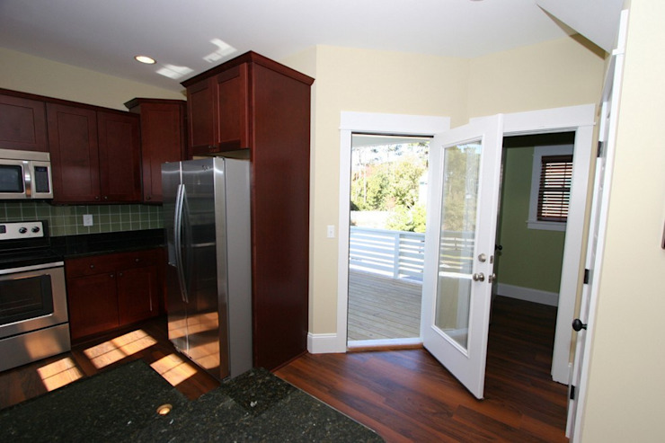 Access to the varanda Modern kitchen by Outer Banks Renovation & Construction Modern