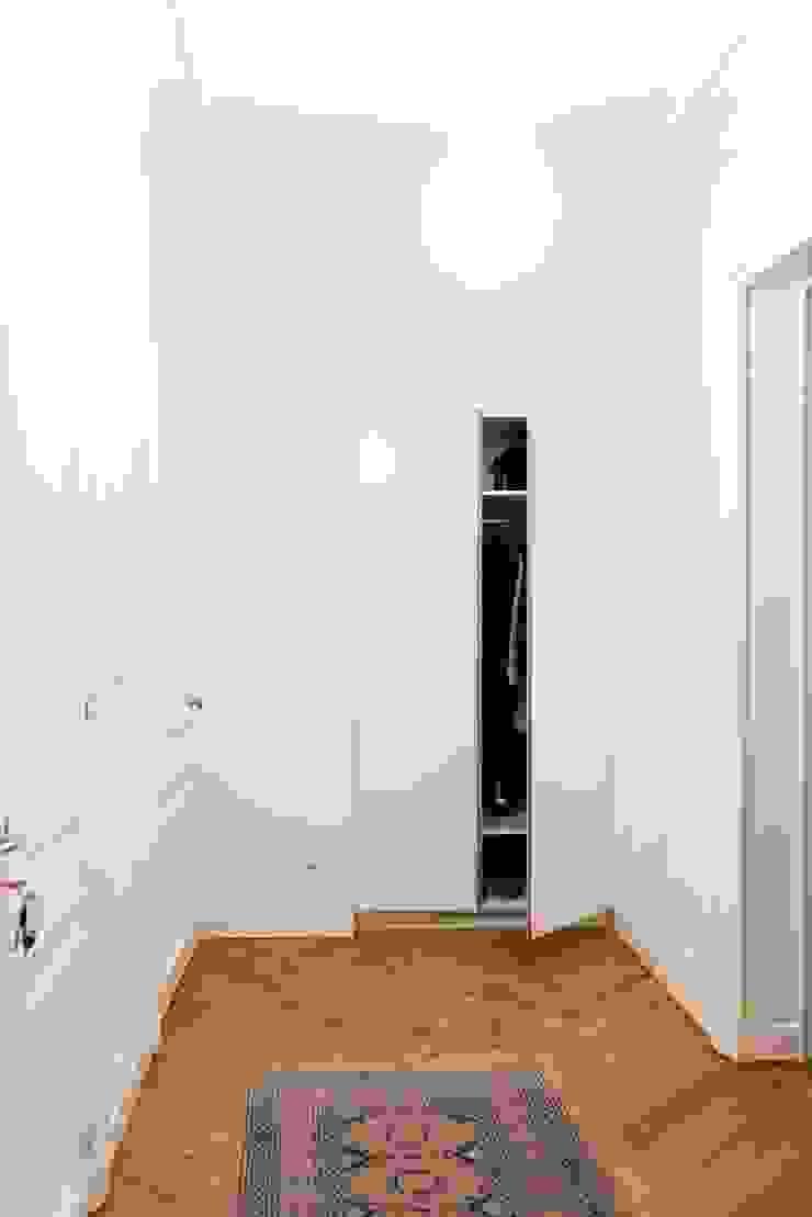 ATELIER FB 現代風玄關、走廊與階梯