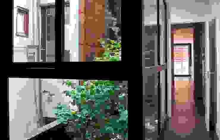 SAN VICENTE FERRER 78 Pasillos, vestíbulos y escaleras de estilo moderno de james&mau Moderno