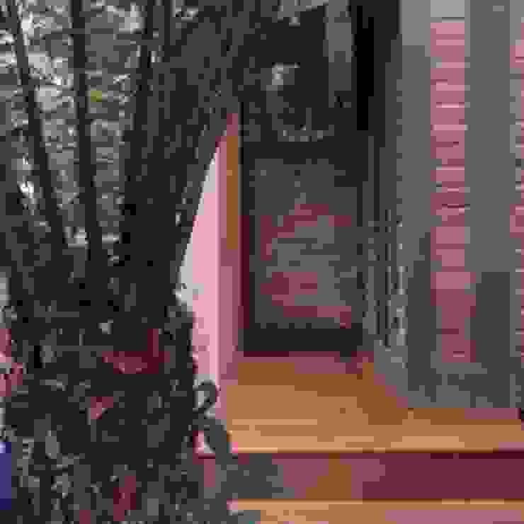 Deck Residência de Lazer Serra Recyklare Projetos de Arquitetura , Restauro & Conservação Varandas, alpendres e terraços rústicos