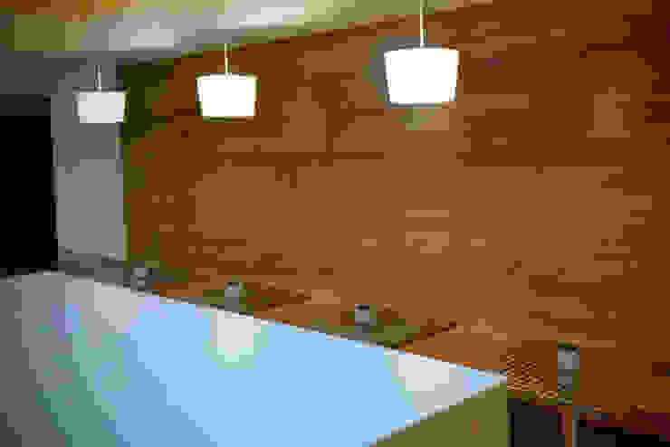 Vista paredes y caja en vidrio lacado Gastronomía de estilo moderno de Zoraida Zapata / Diseño Interior Moderno Madera Acabado en madera