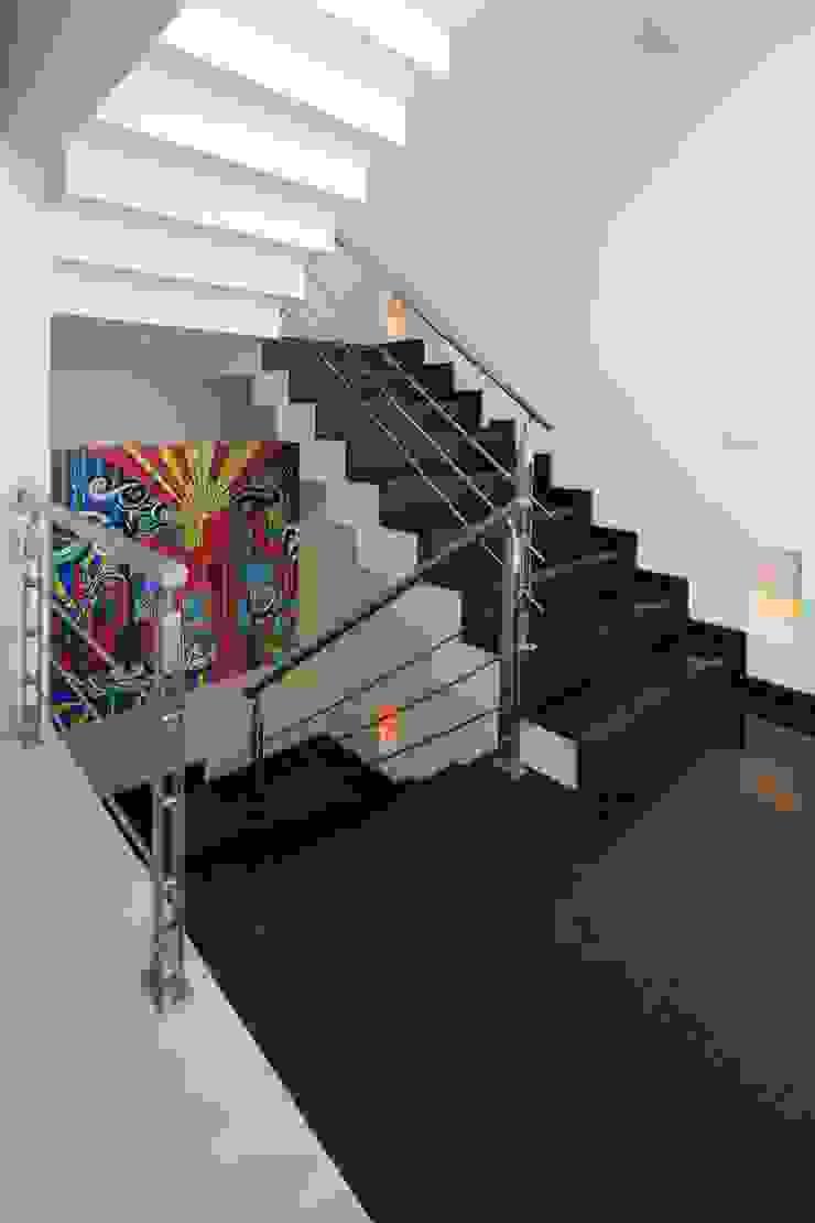 escaleras Pasillos, vestíbulos y escaleras minimalistas de arketipo-taller de arquitectura Minimalista