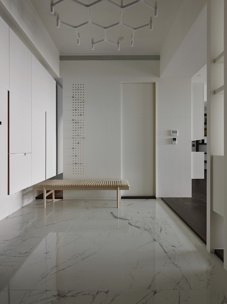 Moderne gangen, hallen & trappenhuizen van 洪文諒空間設計 Modern