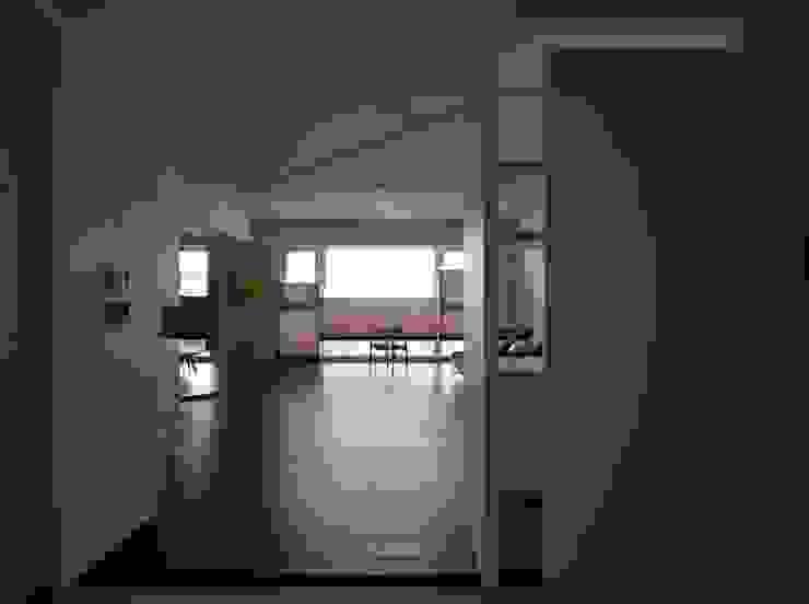 73號‧原舍 现代客厅設計點子、靈感 & 圖片 根據 洪文諒空間設計 現代風