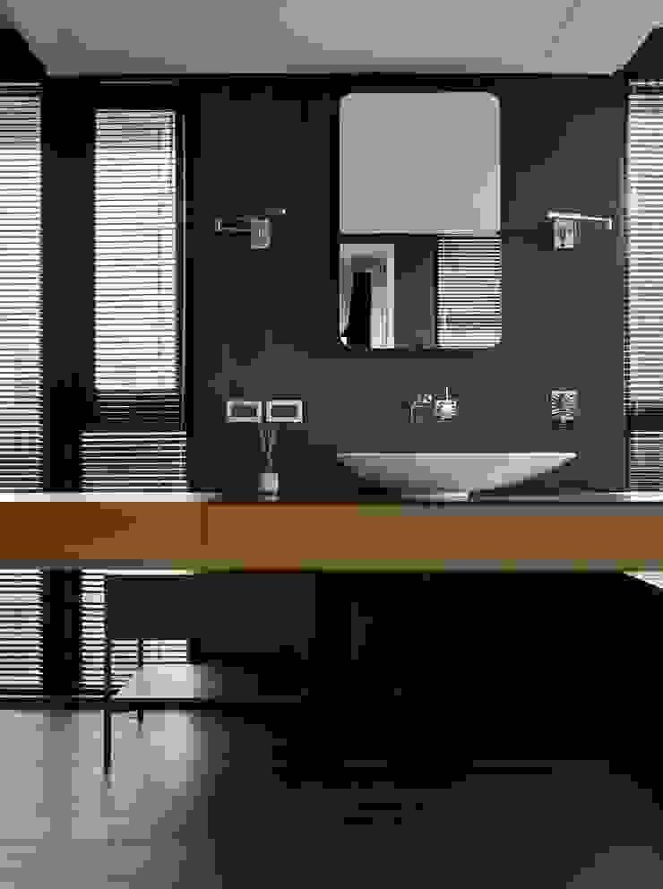 Moderne badkamers van 洪文諒空間設計 Modern