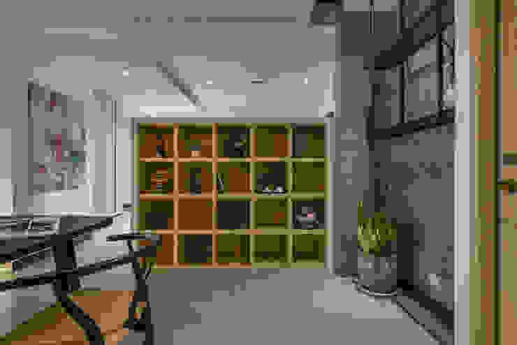 人文藝術 舞動生活況味 現代風玄關、走廊與階梯 根據 Luova 創研俬.集 現代風