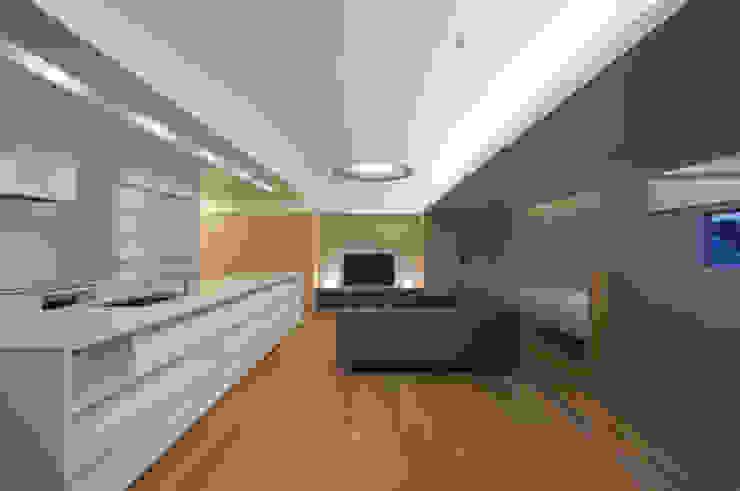 Salas de estilo moderno de 森裕建築設計事務所 / Mori Architect Office Moderno