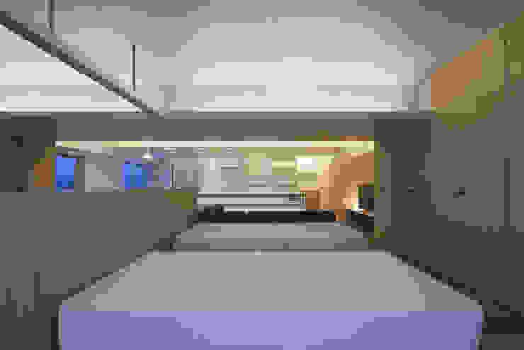 Cuartos de estilo moderno de 森裕建築設計事務所 / Mori Architect Office Moderno