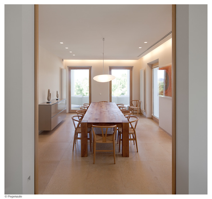 Refurbishment and extention of a single family house and swimming pool in Alcudia Modern Dining Room by Tono Vila Architecture & Design Modern