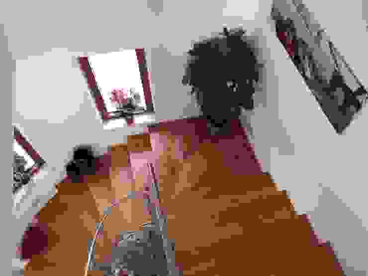 Moderne gangen, hallen & trappenhuizen van falegnameria ziranu di balvis Modern