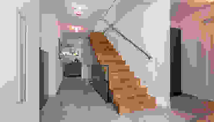 Moderne gangen, hallen & trappenhuizen van KitzlingerHaus GmbH & Co. KG Modern Hout Hout