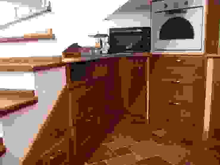 Dapur Gaya Rustic Oleh falegnameria ziranu di balvis Rustic Parket Multicolored