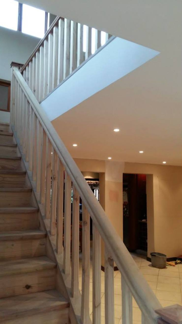 Mezzanine floor, staircase and balustrade Classic style corridor, hallway and stairs by Loftspace Classic