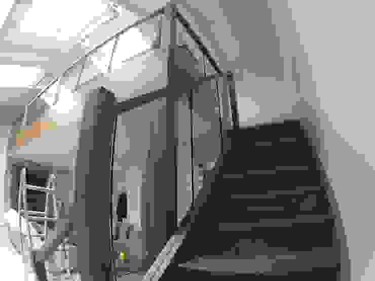 ห้องโถงทางเดินและบันไดสมัยใหม่ โดย Loftspace โมเดิร์น