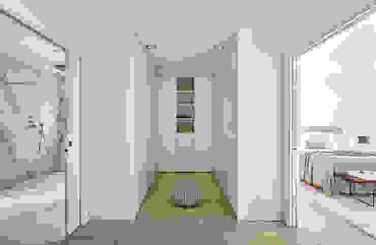 Casa Sant Feliu de Guíxols SOLER-MORATO ARQUITECTES SLP Dormitorios de estilo mediterráneo Derivados de madera Blanco