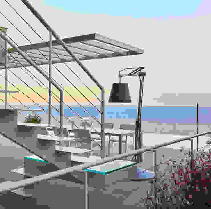 Casa Sant Feliu de Guíxols SOLER-MORATO ARQUITECTES SLP Pasillos, vestíbulos y escaleras de estilo mediterráneo Hierro/Acero Blanco