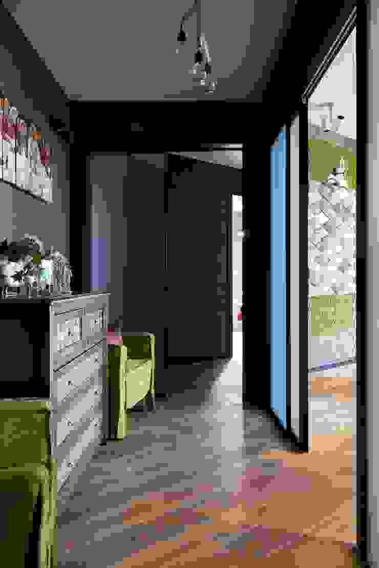Couloir, entrée, escaliers originaux par Вира-АртСтрой Éclectique