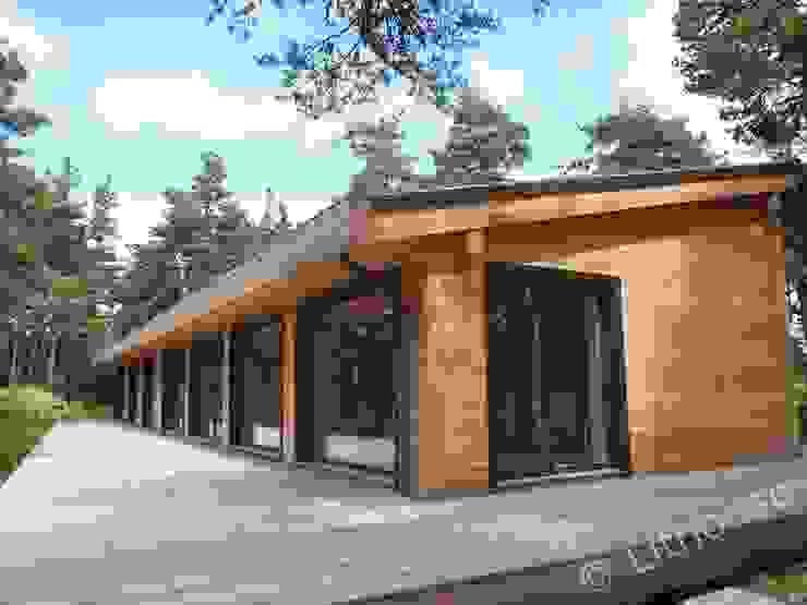 Wooden House with a Terrace Дома в стиле модерн от Namas Модерн Дерево Эффект древесины