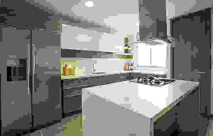Cocina con isla Cocinas de estilo moderno de Maria Mentira Studio Moderno Vidrio