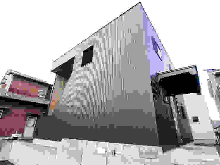 Industrial style houses by AtelierorB Industrial Metal
