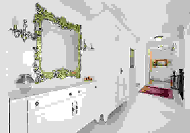 Pasillos, vestíbulos y escaleras de estilo clásico de Öykü İç Mimarlık Clásico