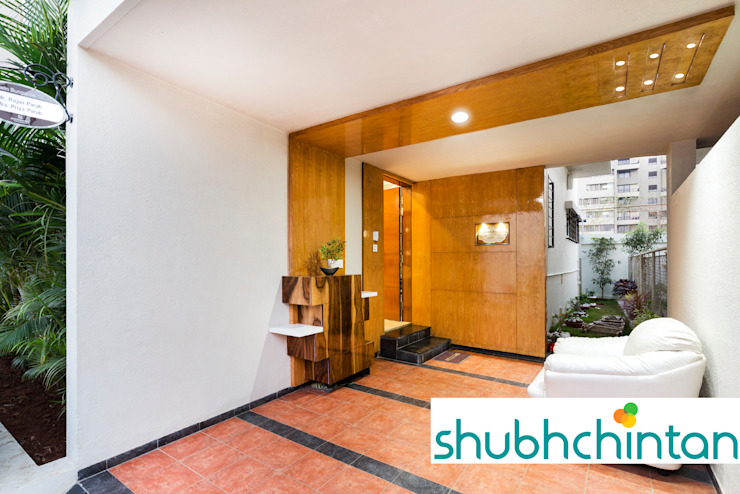 ENTRANCE LOBBY Modern corridor, hallway & stairs by homify Modern Plywood