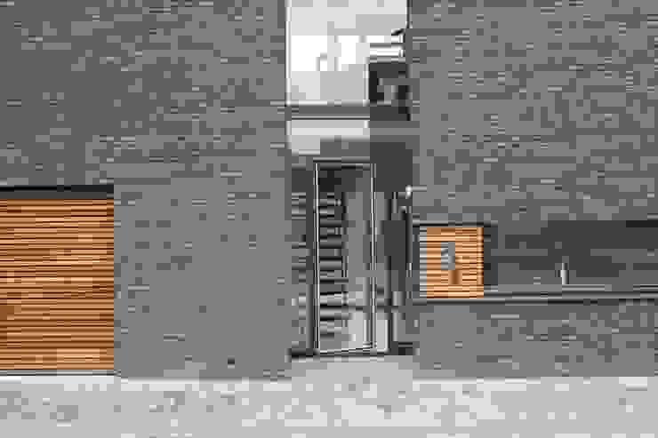 Pasillos, vestíbulos y escaleras modernos de Architectenbureau Jules Zwijsen Moderno