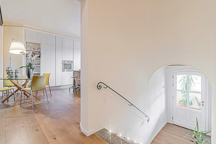 Modern Corridor, Hallway and Staircase by Facile Ristrutturare Modern