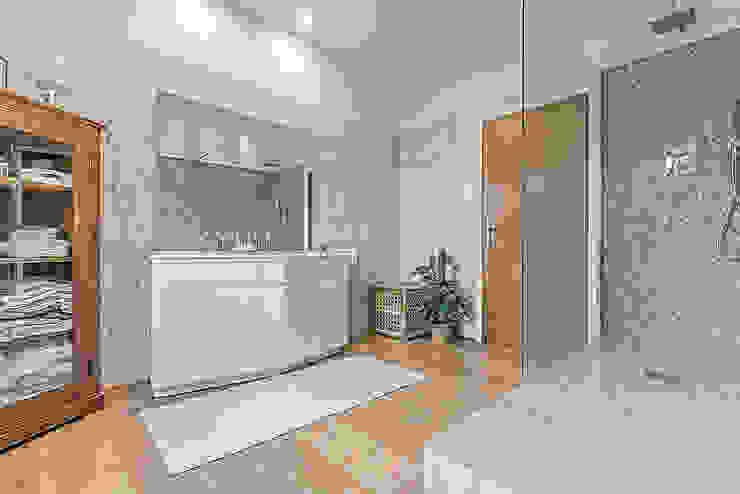 Casas de banho  por Facile Ristrutturare, Moderno