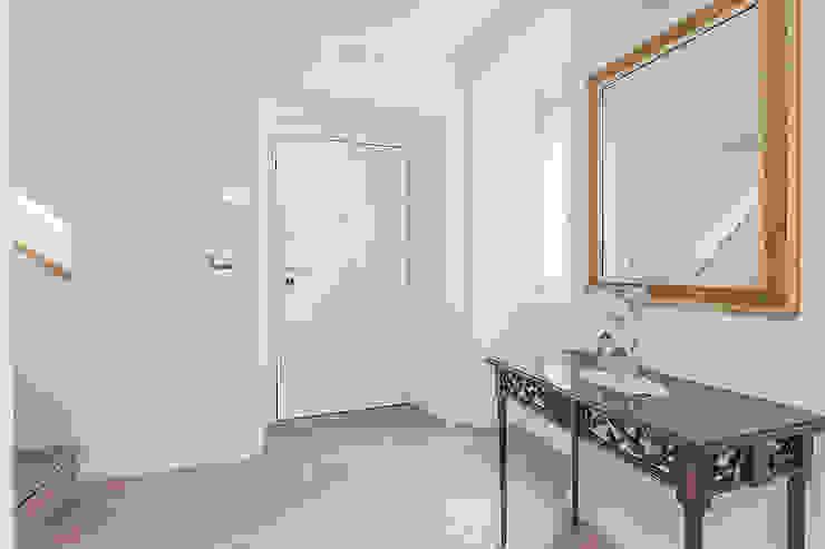 Facile Ristrutturare Pasillos, vestíbulos y escaleras de estilo moderno