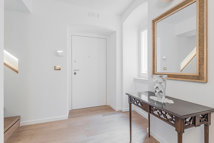 Modern Corridor, Hallway and Staircase by Facile Ristrutturare Modern