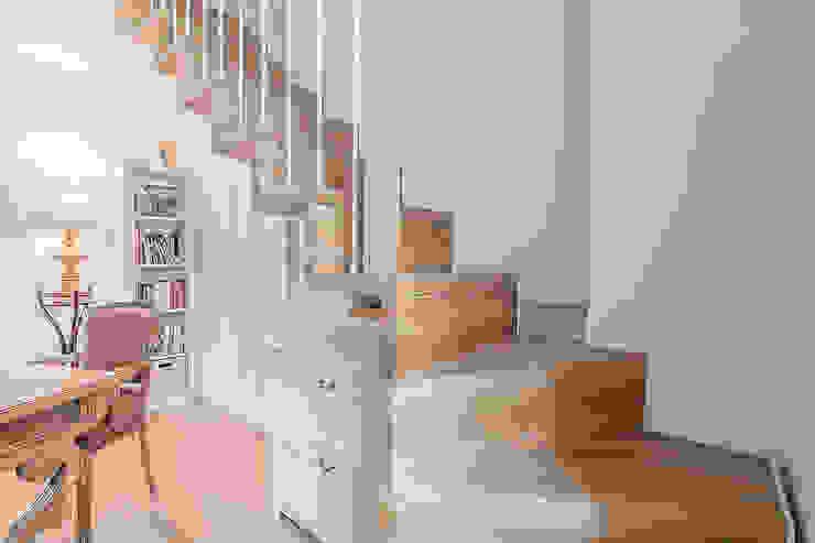Scale con cassettoni: Ingresso & Corridoio in stile  di Facile Ristrutturare, Moderno