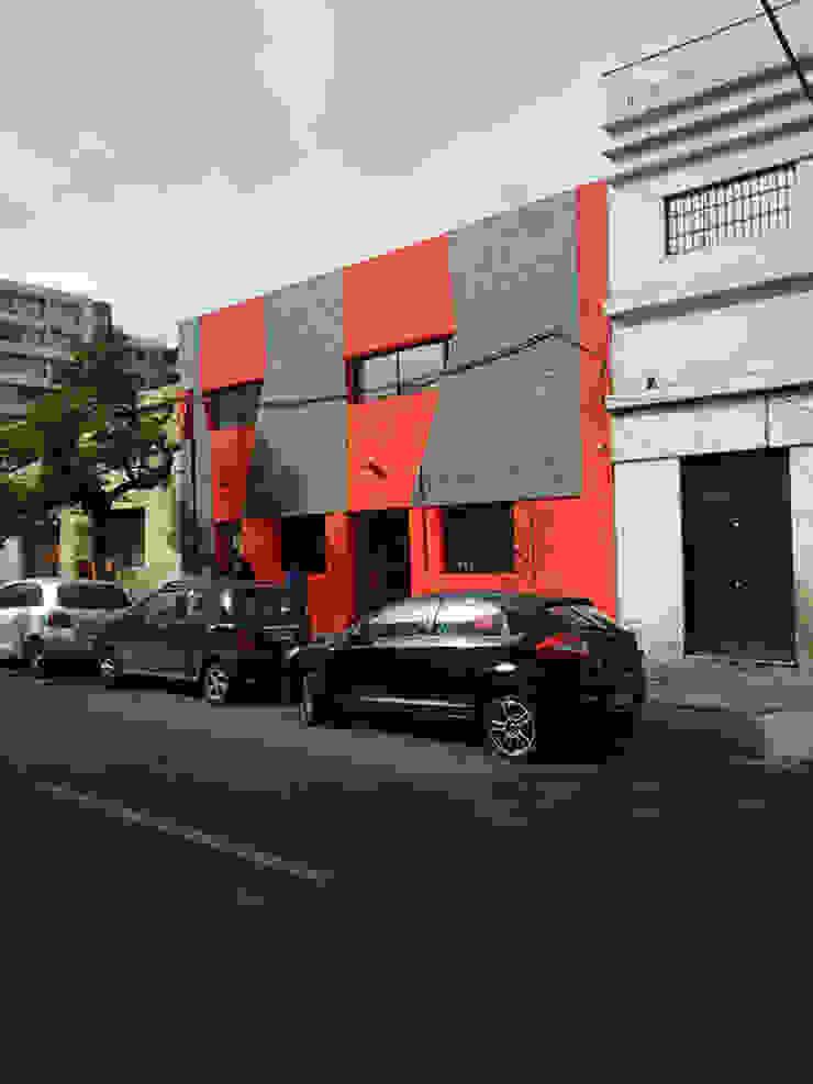 Vista fachada-Edificio construido de DIMA Arquitectura y Construcción Moderno