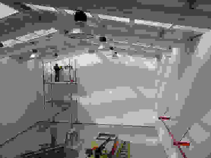 Vista interior hacia el primer nivel de DIMA Arquitectura y Construcción Moderno