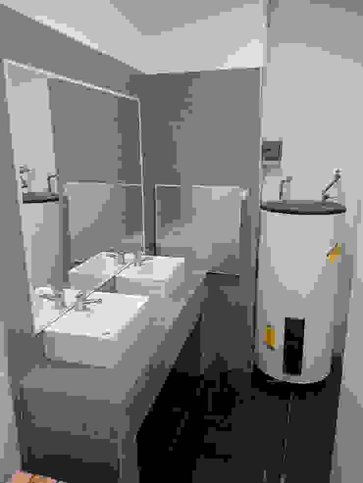 VIsta interior baños de DIMA Arquitectura y Construcción Moderno