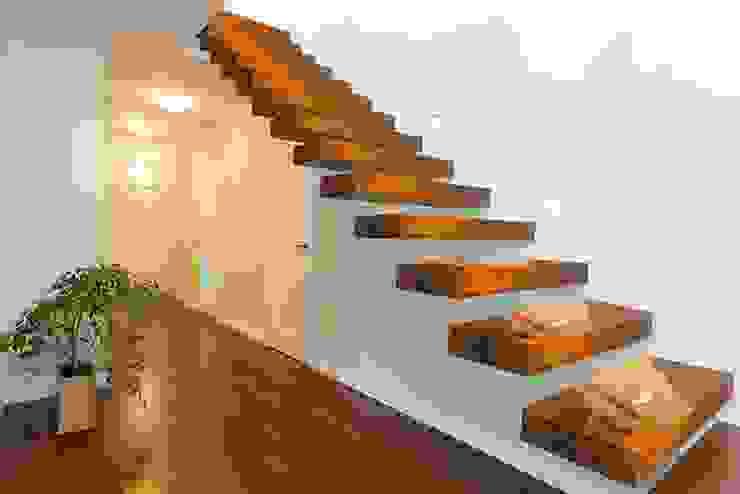 Moderne gangen, hallen & trappenhuizen van ANTICO TRENTINO S.R.L. Modern