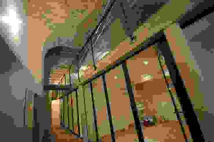 Pasillos, vestíbulos y escaleras industriales de Vincent Athias Architecte DPLG Industrial Piedra