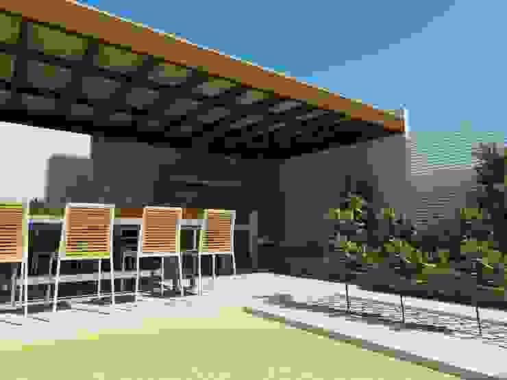 Vista a la jardinera posterior Balcones y terrazas mediterráneos de DIMA Arquitectura y Construcción Mediterráneo