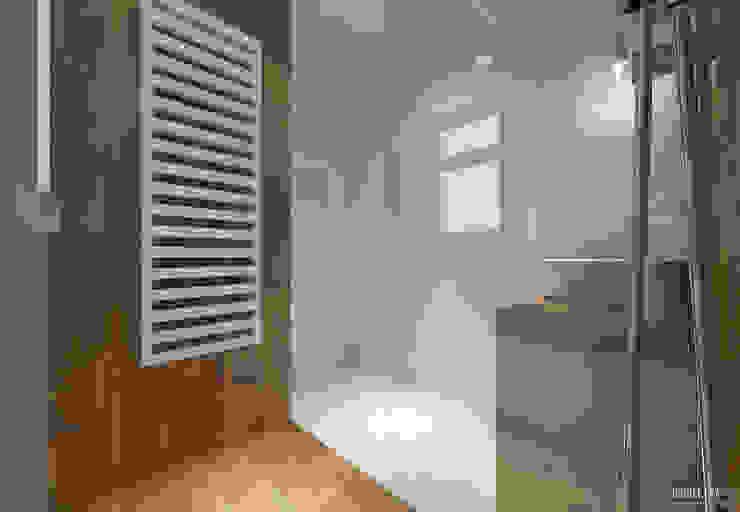 Casas de banho escandinavas por PRØJEKTYW | Architektura Wnętrz & Design Escandinavo