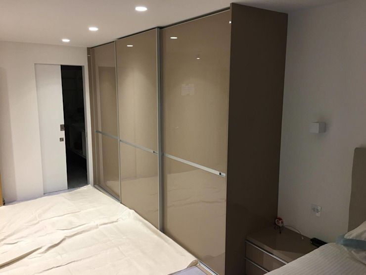 Fitted sliding door wardrobe - Minimalist Style Sliding Doors de Kleiderhaus ltd Moderno