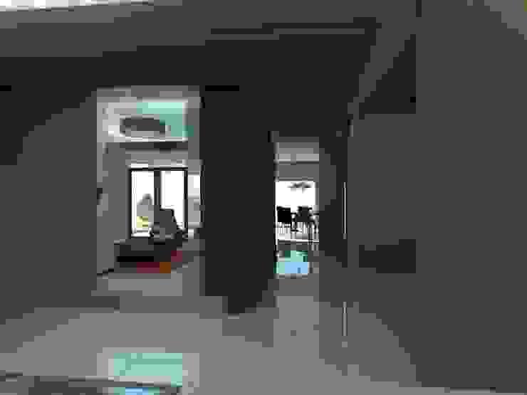 CL Pasillos, vestíbulos y escaleras modernos de Bustamante Sánchez & Asociados Moderno