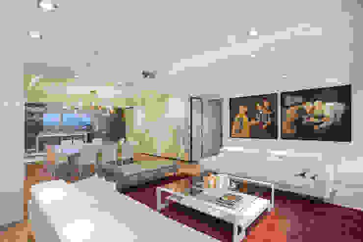 Soggiorno moderno di Sobrado + Ugalde Arquitectos Moderno