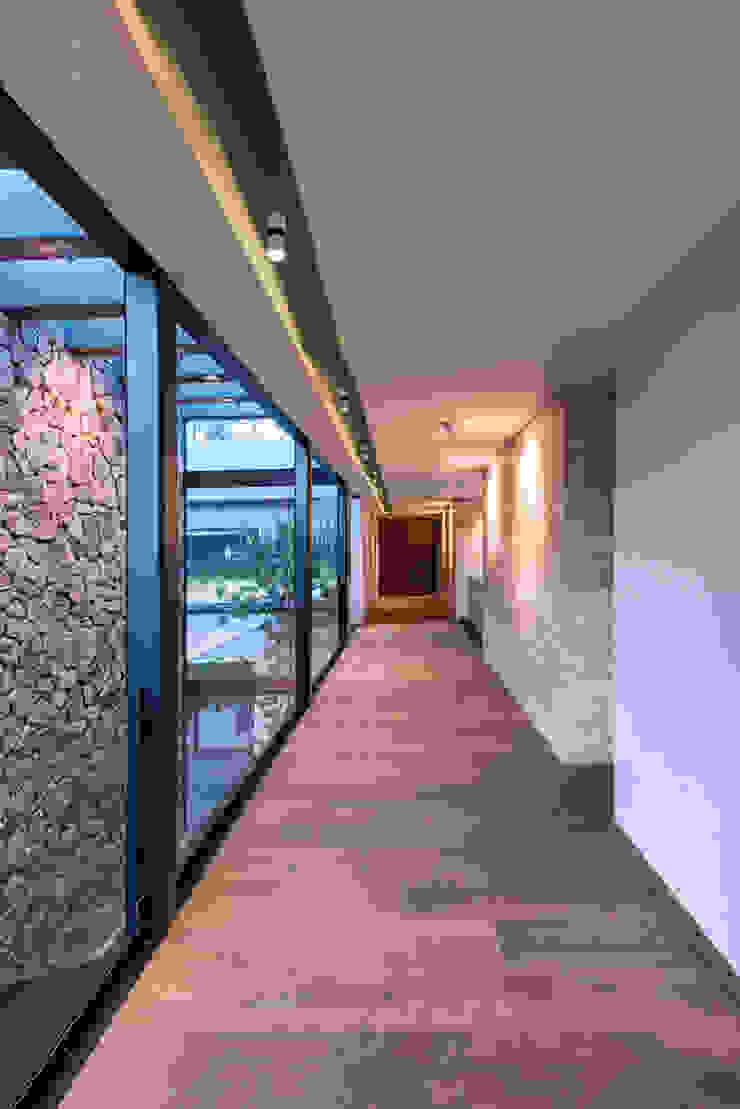 Real de Hacienda III - Sobrado + Ugalde Arquitectos Pasillos, vestíbulos y escaleras modernos de Sobrado + Ugalde Arquitectos Moderno