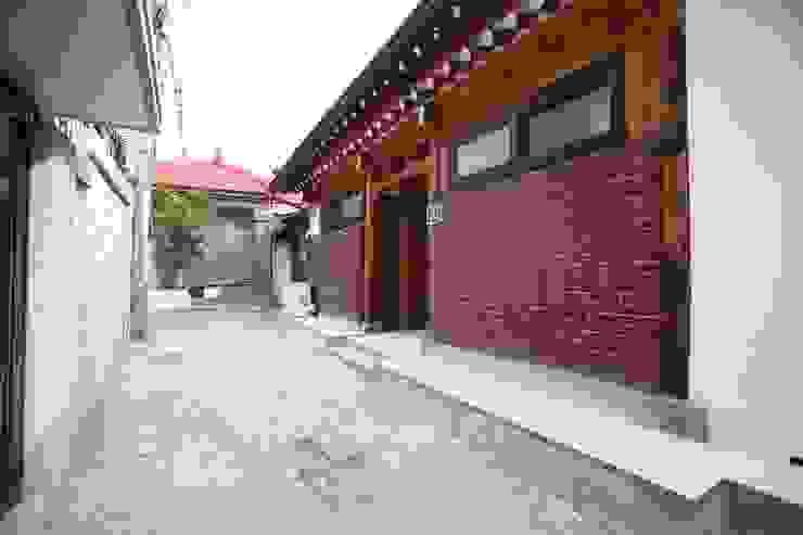 누하동 한옥 클래식스타일 복도, 현관 & 계단 by obrick 클래식