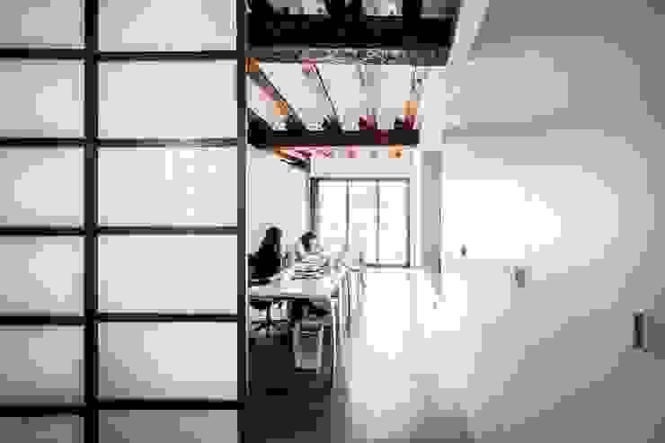 Estudios y despachos de estilo mediterráneo de versea arquitectura Mediterráneo Madera Acabado en madera