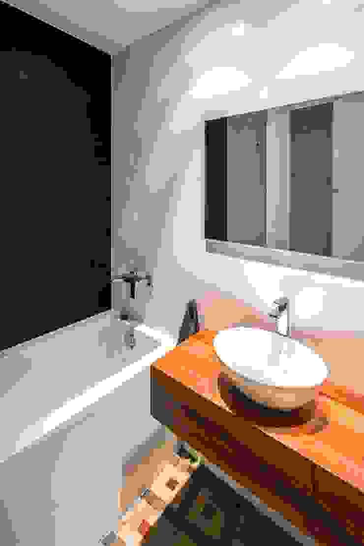 rehabilitación de vivienda en el carmen Baños de estilo mediterráneo de versea arquitectura Mediterráneo Madera Acabado en madera