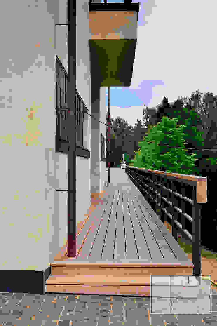 Eclectic style balcony, veranda & terrace by Архитектурная Мастерская Георгия Пряничникова Eclectic