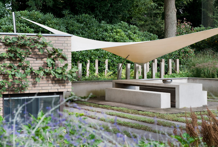 Tien jaar oude terrassentuin Moderne balkons, veranda's en terrassen van Jaap Sterk Hoveniers Modern Beton