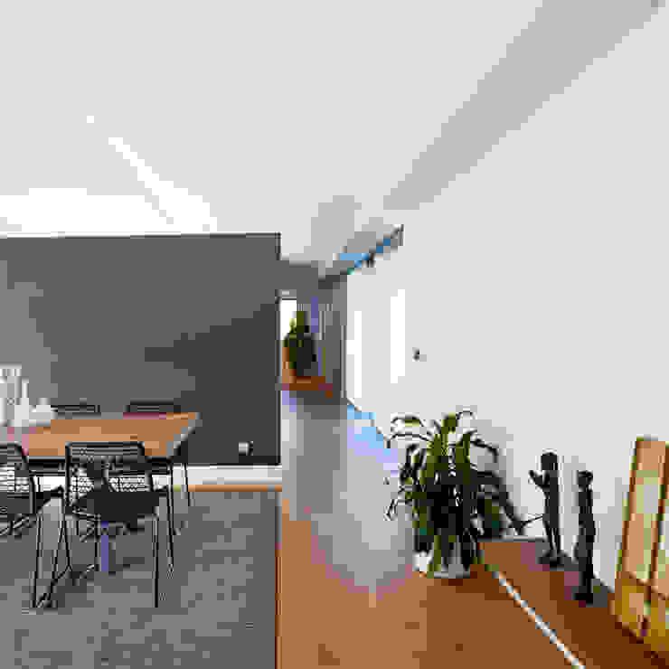 Pasillo distribucion vivienda Pasillos, vestíbulos y escaleras modernos de DECONS GKAO S.L. Moderno Madera Acabado en madera