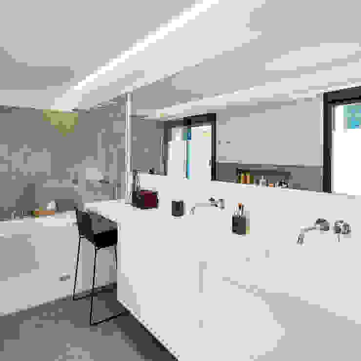 Baño Principal Baños de estilo moderno de DECONS GKAO S.L. Moderno Cerámico